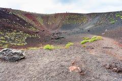 Turister i gammal krater på Mount Etna i Sicilien Fotografering för Bildbyråer