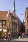 Turister i gammal stad av den Hanseatic staden Bremen, Tyskland Arkivbild