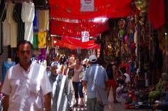 Turister i gränderna av Souken av Marrakech Royaltyfria Bilder