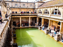 Turister i historieplatsen Roman Bath, UK Arkivbilder