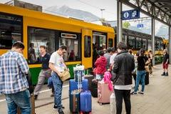 Turister i järnvägsstationen Wengen Royaltyfria Foton