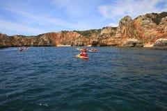 Turister i kanoter på Atlanticet Ocean nära Ponta da Piedade Lagos Algarve portugal royaltyfria foton