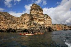 Turister i kanoter på Atlanticet Ocean nära Ponta da Piedade Lagos Algarve portugal royaltyfri bild