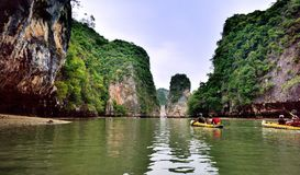 Turister i kanoter runt om Khao Phing Kan arkivfoton