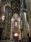 Turister i korridor i Milan Cathedral royaltyfri foto