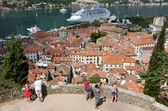 Turister i Kotor, Montenegro royaltyfria foton