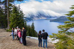 Turister i krater sjön Royaltyfri Foto