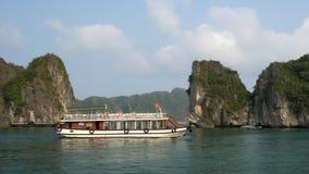 Turister i kryssningfartyg, mummel skäller länge, Cat Ba National Park, Vietnam stock video