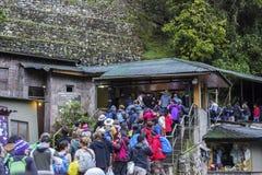 Turister i linje till Machu Picchu Royaltyfri Bild