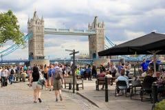 Turister i London, tornbro Royaltyfri Bild