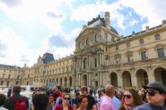 Turister i Louvre - Paris Arkivfoto