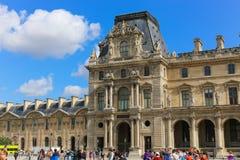 Turister i Louvre - Paris Arkivbilder