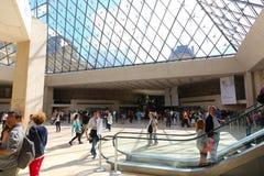 Turister i Louvre - Paris Royaltyfri Foto