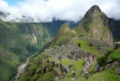 Turister i Machu Picchu royaltyfri fotografi