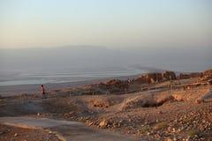 Turister i Masada som ser det döda havet fotografering för bildbyråer