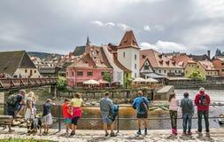 Turister i medeltida stad av Cesky Krumlov, Tjeckien Arkivbilder