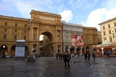 Turister i piazzadellaen Repubblica (republikfyrkant) i Florence Royaltyfri Bild