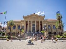 Turister i plazaen, Palermo, Italien Royaltyfri Bild