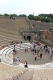 Turister i Pompei, stora Teatro, Italien Royaltyfri Fotografi