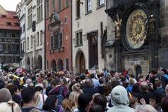 Turister i Prague Fotografering för Bildbyråer