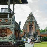 Turister i Pura Taman Ayun Temple Arkivfoton