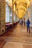 Turister i Raphael Loggias av det statliga eremitboningmuseet petersburg saint Ryssland royaltyfri foto
