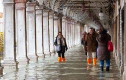 Turister i San Marco kvadrerar med högvatten, Venedig, Italien Arkivbild