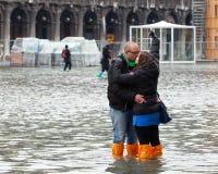 Turister i San Marco kvadrerar med högvatten, Venedig, Italien Royaltyfri Foto