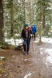 Turister i skogen Royaltyfri Foto