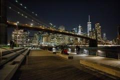 Turister i skuggan av New York City Royaltyfri Bild