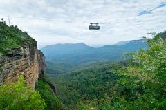Turister i skyway gå på de tre systrarna Arkivfoto
