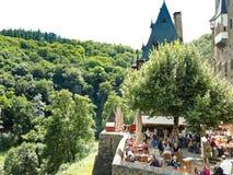 Turister i slotten Eltz ovanför den Mosel floden, Tyskland Royaltyfri Bild