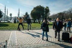 Turister i Sultanahmet i Istanbul, Turkiet Royaltyfri Foto