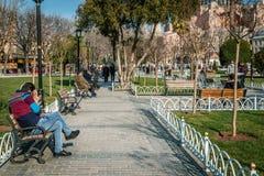 Turister i Sultanahmet i Istanbul, Turkiet Arkivfoto