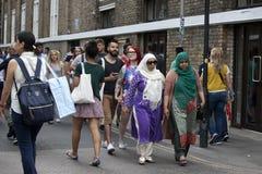 Turister i tegelstengränd på en upptagna soliga söndag på Juni 08, 2016 i London Arkivbilder