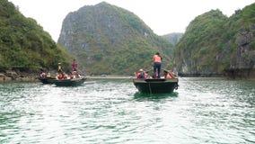 Turister i traditionella lokala fartygmummel skäller länge, Vietnam arkivfilmer