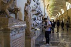 Turister i Vaticanenmuseum i Italien Royaltyfri Foto