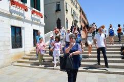 Turister i Venedig, Italien royaltyfria foton