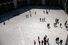 Turister inom galleriborggården av Wawel rockerar Arkivfoto