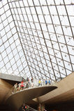 Turister inom Louvre, Paris, Frankrike Arkivbild