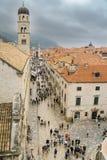 Turister irrar Stradunonen om den regniga dagen, Dubrovnik Fotografering för Bildbyråer