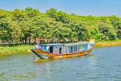 turister 15K på den Perrfume floden nära ton, Vietnam arkivfoto