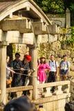 Turister Kiyomizu-dera Otowa-ingen-taki vattenfall Arkivbild