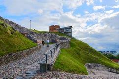 Turister klättrar berget Gediminas den steniga vägen till towen Fotografering för Bildbyråer