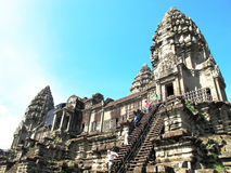 Turister klättrar momenten på en tempel på det Angkor komplexet, Cambodja royaltyfria foton