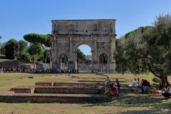 Turister kopplar av i skuggan av ett träd i Rome royaltyfri bild