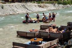 Turister kopplar av nära floden Royaltyfri Fotografi