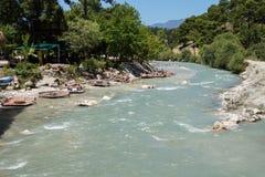 Turister kopplar av nära floden Fotografering för Bildbyråer