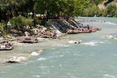 Turister kopplar av nära floden Arkivbild