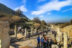 Turister l?ngs den Curete gatan i f?rd?rvar av den Ephesus staden royaltyfri foto